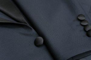 ラペル・前釦・袖釦を黒色拝絹地(フェイシングシルク)